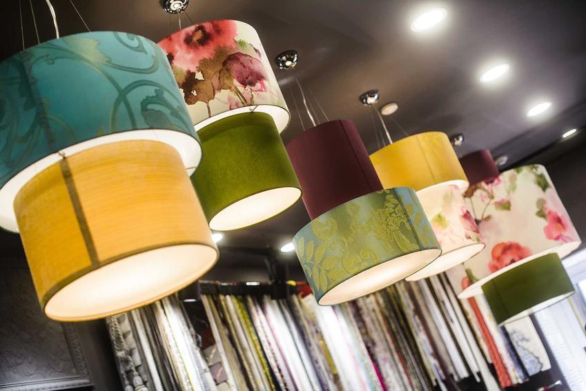 Lampy wiszące - szklane, drewniane, metalowe czy abażurowe?