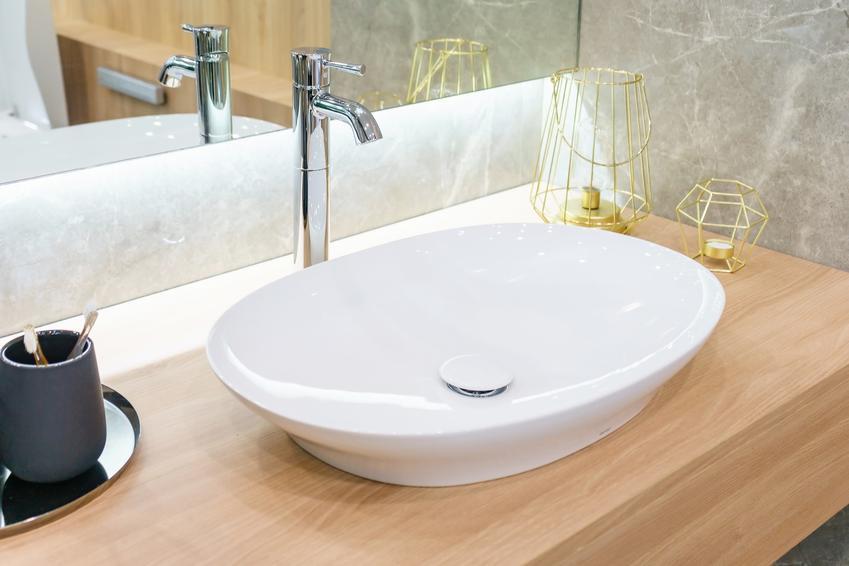 Blat do łazienki zamontowany pod umywalką, a także blaty łazienkowe i ich rodzaje