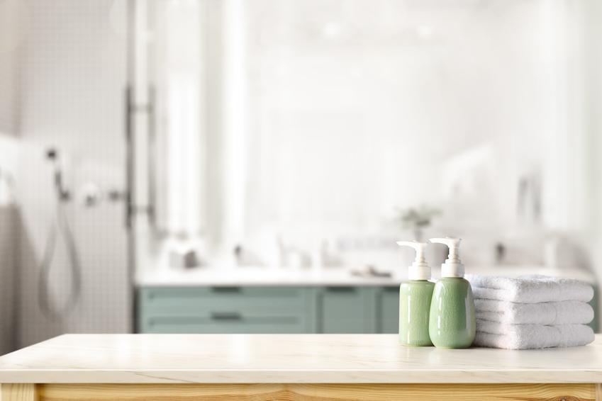 Blat do łazienki w łazience o jasnych barwach, a także blaty łazienkowe i ich rodzaje