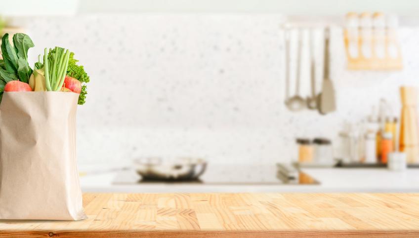 Jasna kuchnia z drewnianym blatem, a także blaty juan, blaty egger, blaty meblowe, blaty kuchenne