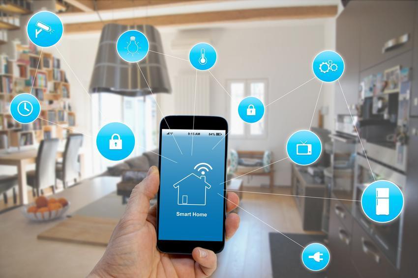 Telefon z aplikacjami na tle wnętrza domu, a także automatyka domowa, inteligentny system domowy, ceny