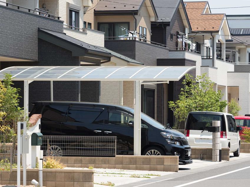 Wiata garażowa przy domu wykonana z materiałów sztucznych lub metalu to bardzo dobre rozwiązanie, zwłaszcza przy domu jednorodzinnym.