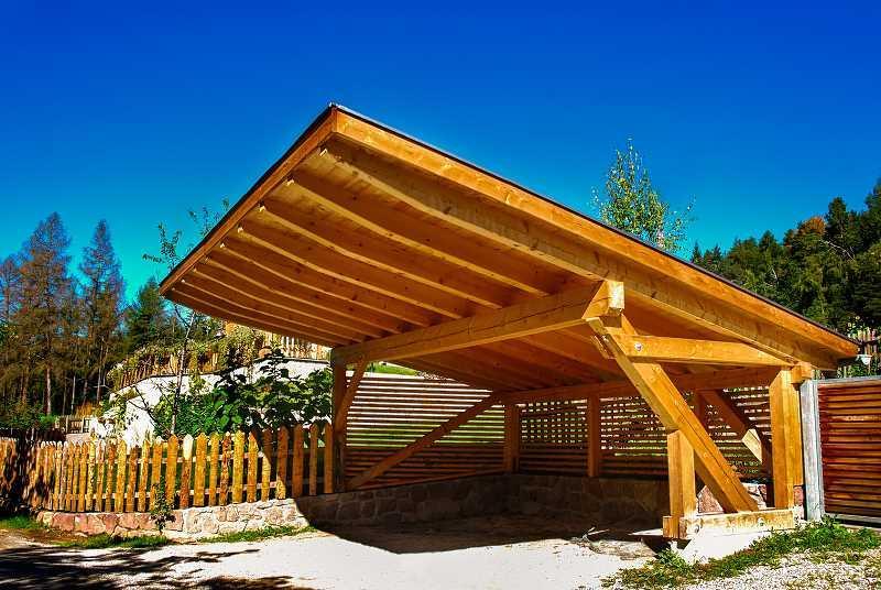 Duża drewniana wiata garażowa przy domu, a także zastosowanie, wykonanie, wiata zamiast garażu - materiały oraz projekt