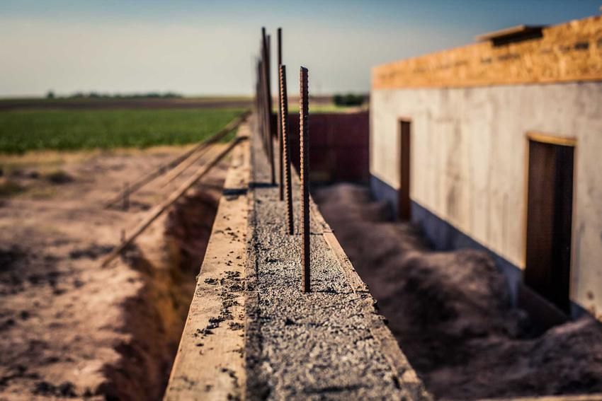 Wykonanie fundamentów z ławy fundamentowej zazbrojonej to świetne rozwiązanie. Nie nadaje się na wszystkich podłożach, ale często bardzo dobrze się sprawdza.