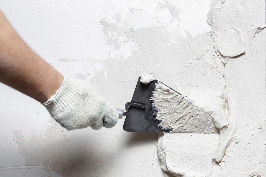 Jak usunąć pęknięcia w ścianie? Jeśli nie są poważne, należy je zagipsować i położyć nowy tynk. To się najczęściej wiąże ze sporym remontem.