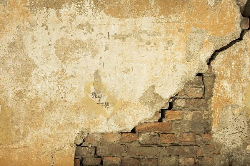 Pękniecie na ścianie w nowym mieszkaniu, a także jak im zapobiec, niwelowanie pęknięć, naprawianie i tynkowanie pękniętej ściany