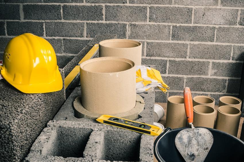 Pustaki kominowe lub bloczki kominowe i inne elementy do budowy dachu