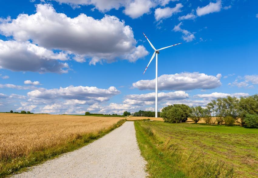 Witraki na tle nieba, a także energia wiatrowa w Polsce i wiatraki wytwarzające energię elektryczną