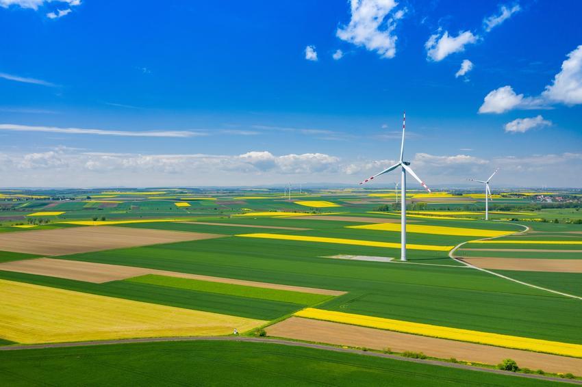 Witraki na polskich polach oraz energia wiatrowa w Polsce i wiatraki wytwarzające energię elektryczną