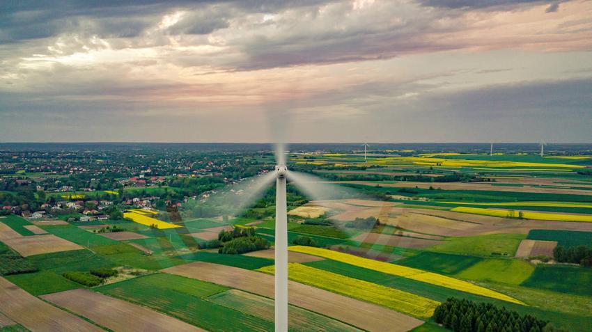 Wiatrak na tle nieba, a także turbiny wiatrowe i ich rodzaje