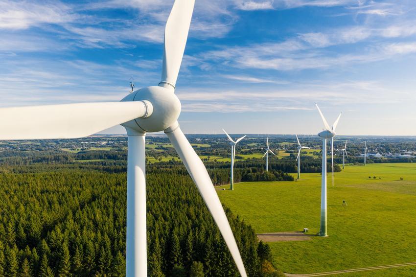 Zbliżenie na wiatrak na tle nieba, a także turbiny wiatrowe
