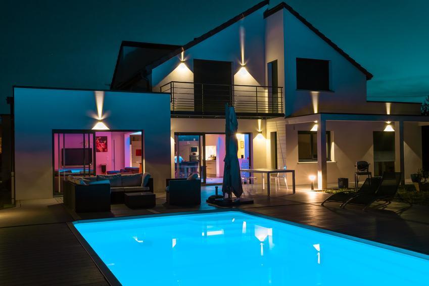 Piękny dom z basenem i oświetleniem, a także oświetlenie elewacji domu