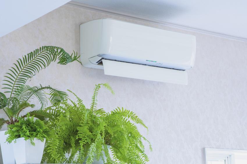 Klimatyzator do mieszkania w bloku zamontowany pod sufitem na ścianie w domu