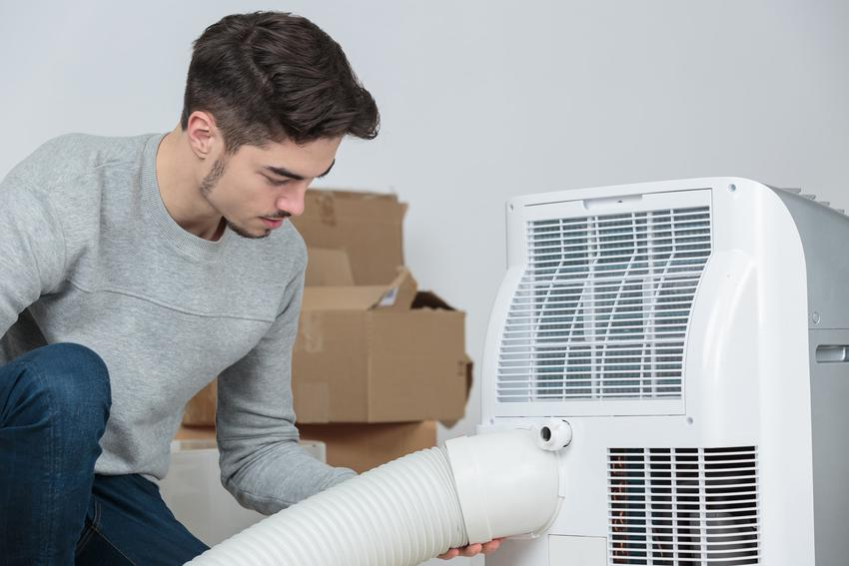 Mężczyzna podczas montażu klimatyzacji, czyli montaż klimatyzacji, montaż klimatyzatora