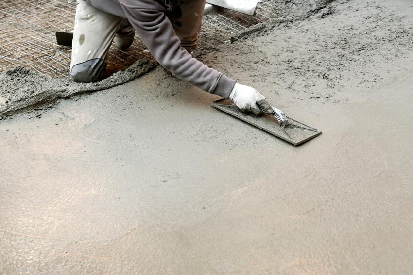 Prace przy wylewaniu posadzki, a także zacieranie betonu i technika