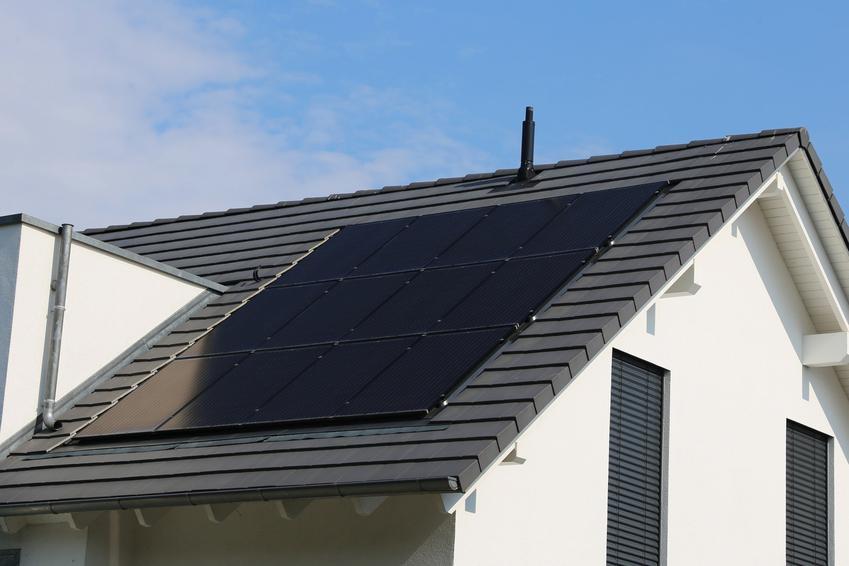 Panele fotowoltaiczne na dachu domu, a także fotowoltaika i energia fotowoltaiczna