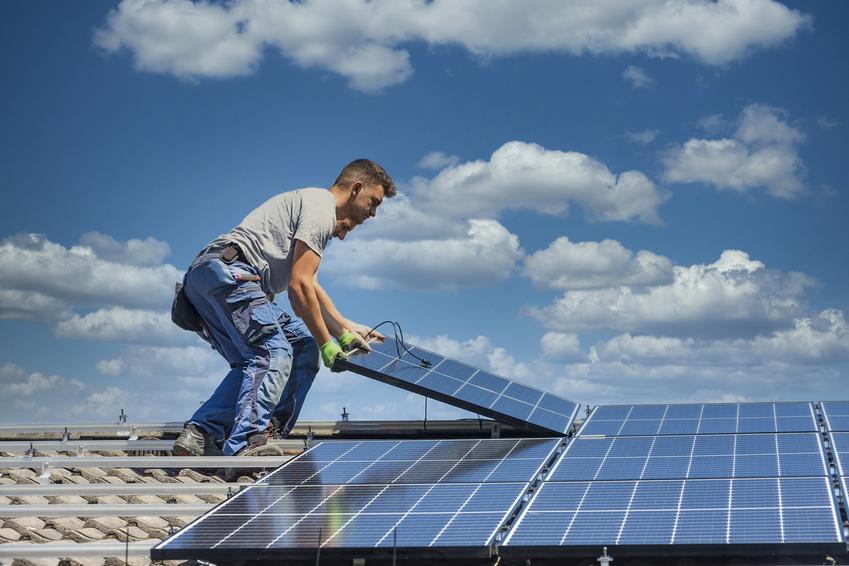 Montaż paneli fotowoltaicznych na dachu, a także fotowoltaika, energia fotowoltaiczna, opinie