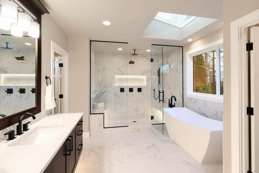 Pięknie zaaranżowana nowoczesna łazienka, a także odpływ liniowy ścienny prysznicowy