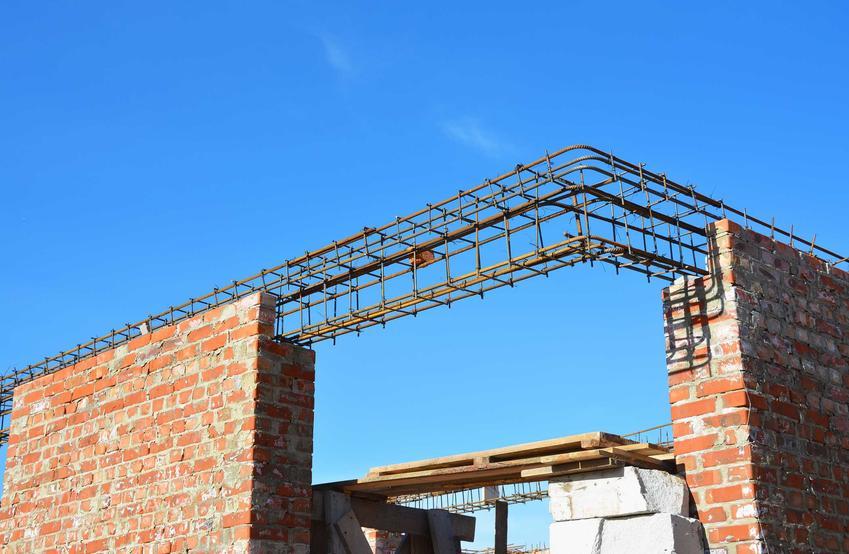 Montaż nadproża prefabrykowanego polega na założeniu stalowych elementów, które wypełnia się betonem.