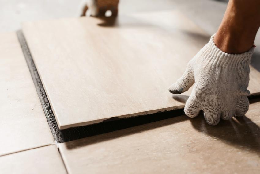 Płytki ceramiczne podczas układania oraz klasa ścieralności płytek podłogowych, czyli stopień ścieralności płytek