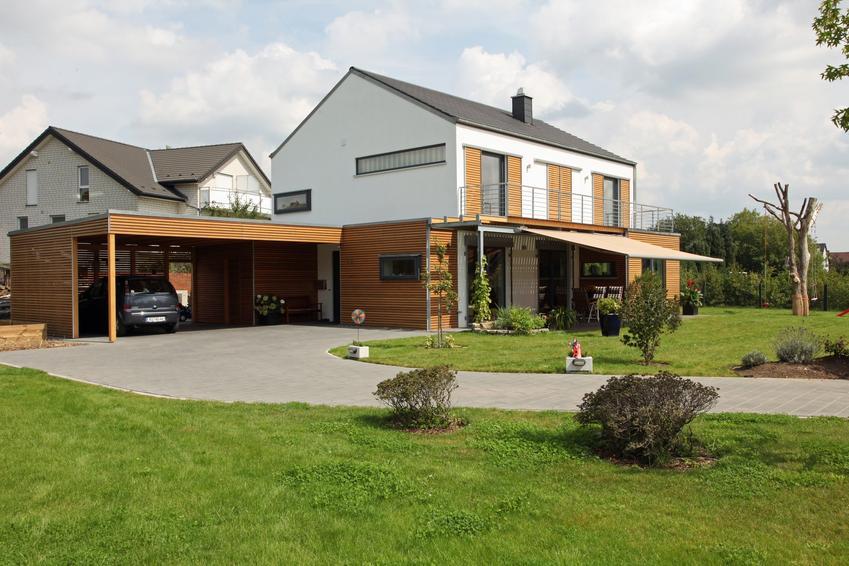 Piękny dom z wiatą oraz wiata przyścienna, wiaty drewniane, wiata samochodowa