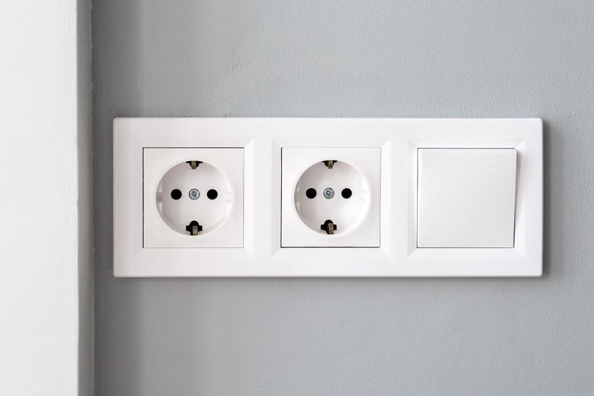 Gniazdka elektryczne i włącznik na ścianie, a także porady jakie kontakty elektryczne wybrać