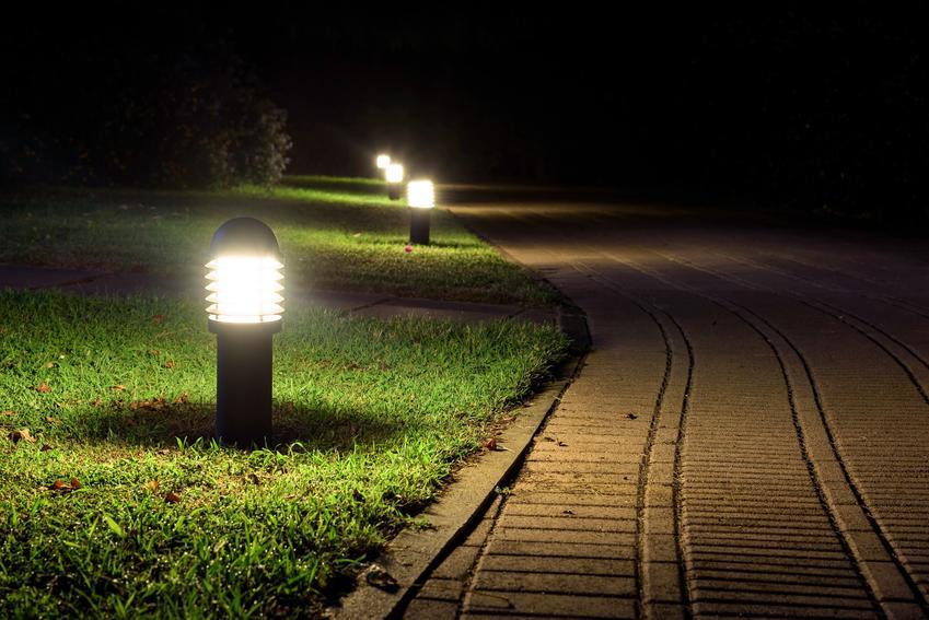 Oświetlenie zewnętrzne na ścieżkach, a także lampy zewnętrzne na dom