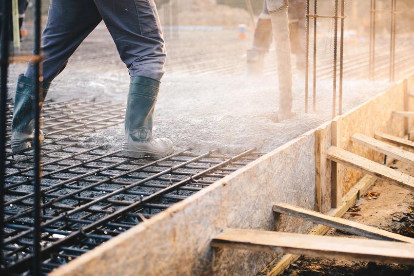 Teren budowy domu, a także stalowe zbrojenie rozproszone do betonu i jego cena