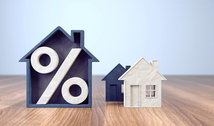 Makieta domu z procentem, a także kredyt hipoteczny i kredyty hipoteczne w 2020