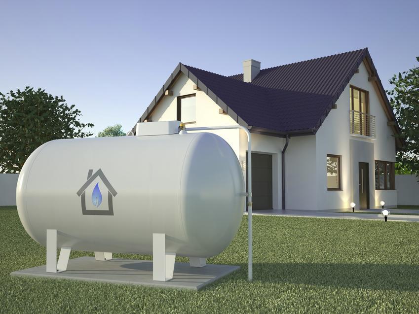Zbiorniki na gaz płynny przed domem jednorodzinnym oraz zbiorniki gazowe, instalacja zbiornika