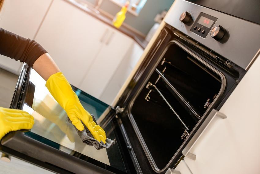 Czyszczenie piekarnika w rękawicach, a także jak wyczyścić piekarnik