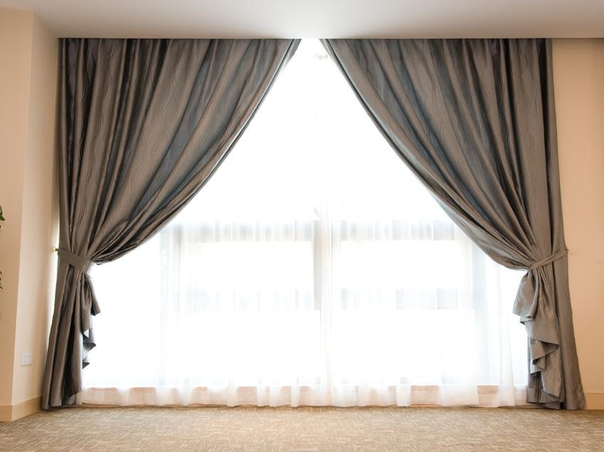 Firany żakardowe w oknie w domu i firanki żakardowe do wnętrz