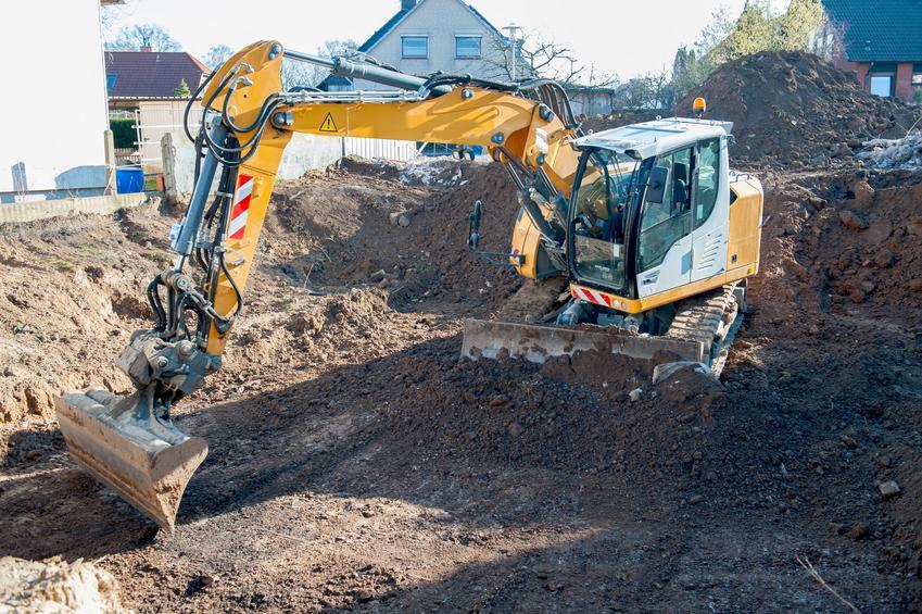 Prace na placu budowy z koparką, czyli wykopy pod fundamenty, wykopy fundamentowe