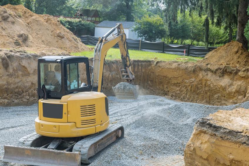 Zasypywanie fundamentów na placu budowy domu i porady, czym zasypać fundamenty