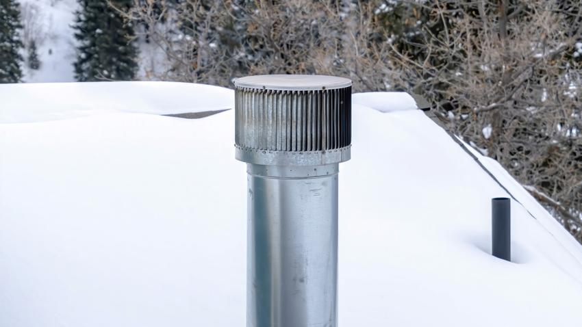 Regulator ciągu kominowego na zaśnieżonym dachu oraz porady zakupowe