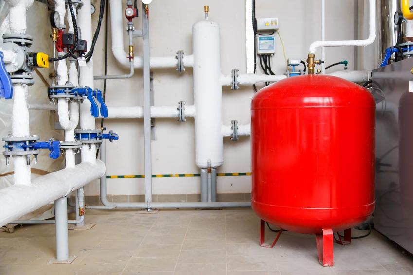 Czerwony zbiornik wyrównawczy do centralnego ogrzewania w kotłoni