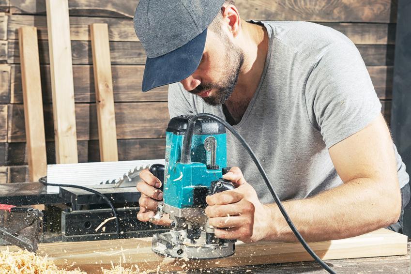 Mężczyzna obrabiający drewno, a także frezarka lamelownica i jej rodzaje