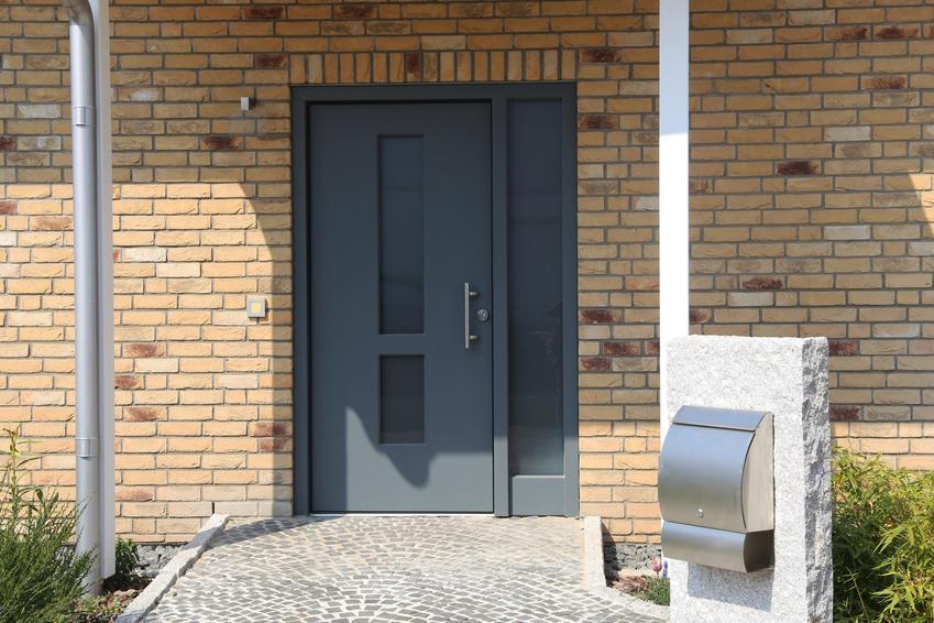 Wejście do domu, a także elewacja z klinkieru, elewacja domu jednorodzinnego z płytek klinkierowych