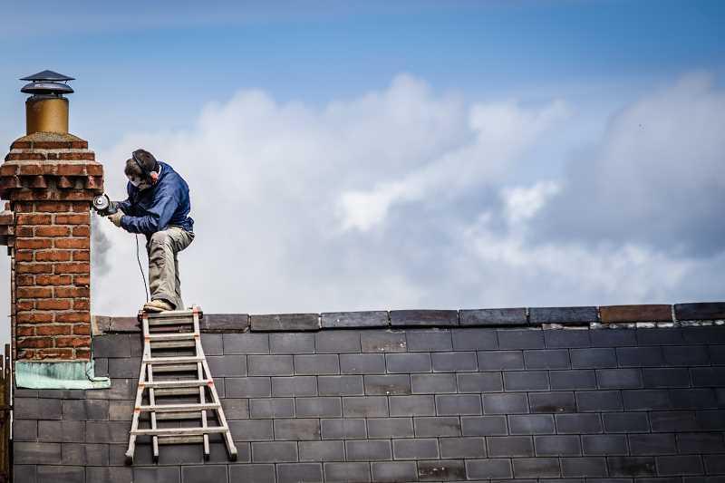 Budowa komina na dachu starego domu, a także na co zwrócić uwagę w czasie budowy komina na dachu oraz wkłady kominowe
