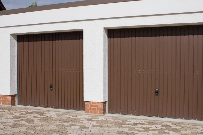 Dwie bramy garażowe uchylne, czyli polecana brama uchylna i cena za drzwi garażowe uchylne