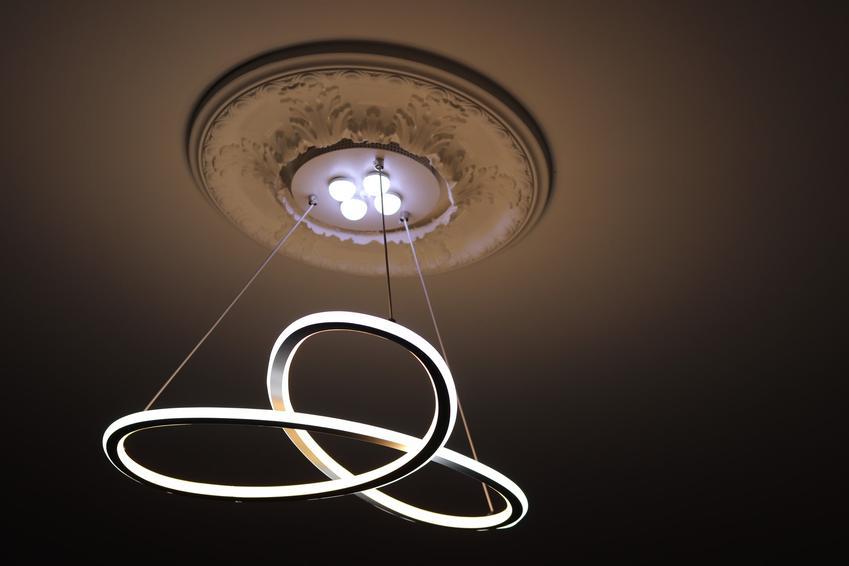 Oryginalny żyrandol LED w salonie na suficie oraz poelcane żyrandole led do salonu