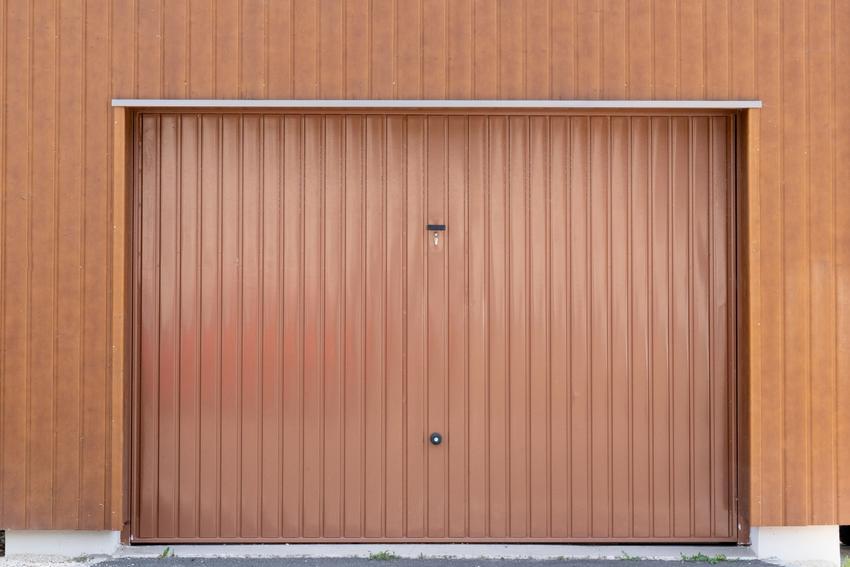 Brązowa brama garażowa, a także wymiary bram garażowych, wymiary drzwi garażowych, szerokość, wysokość