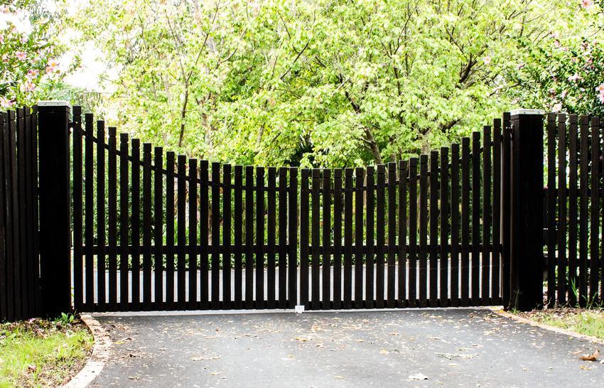 Dwuskrzydłowa brama wjazdowa na posesję oraz cena za bramy ogrodzeniowe dwuskrzydłowe