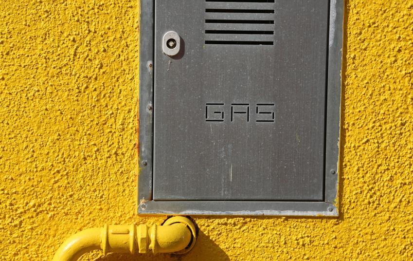 Skrzynka gazowa wmontowana w żółtą ścianę, a także szafki gazowe i ich rodzaje