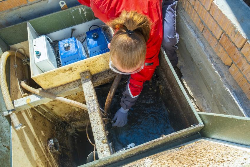 Kobieta przy oczyszczalni, a także biologiczna oczyszczalnia ścieków i jej zalety
