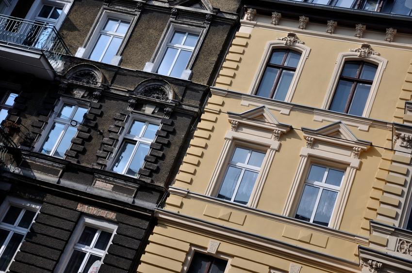 Elewacja kamienic w mieście, a także bonie na elewacji, boniowanie elewacji