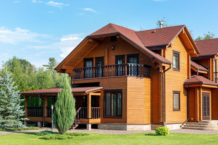 Dom jednorodzinny z drewna, a także elewacja drewnopodobna i deska drewnopodobna na elewację