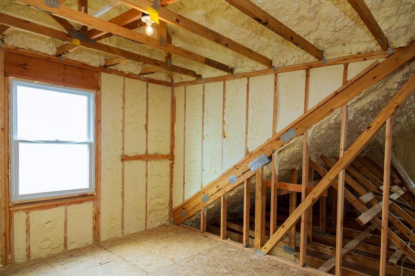 Ocieplone poddasze, a także ocieplenie pianką poliuretanową, piana do ocieplenia dachu, izolacje natryskowe