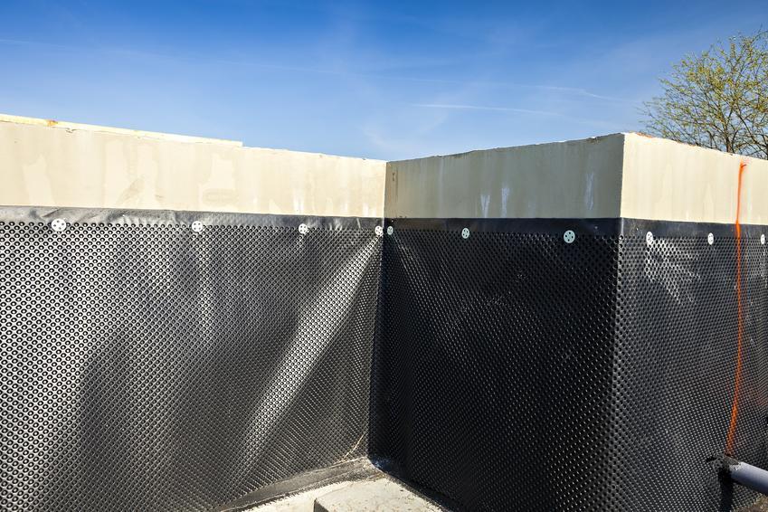 Folia kubełkowa na fundametach, a także listwa do folii kubełkowej i jej montaż
