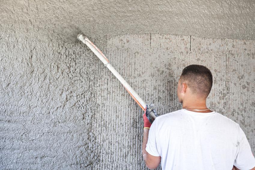 Nakładanie tynku natryskowego na ściany zewnętrzne, a także tynk natryskowy i jego zastosowanie oraz rodzaje